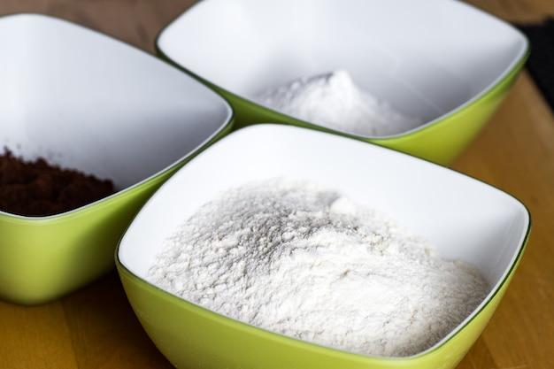 お菓子の前に小麦粉を用意する。