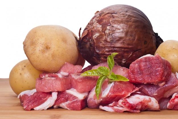 Сырая говядина, картофель и лук