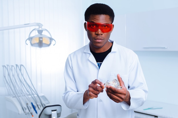 歯科医院の黒い歯科医