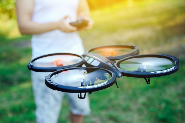 Дистанционное управление дроном. беспилотный летающий на открытом воздухе