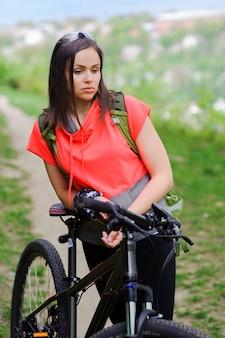 Девушка катается на велосипеде в лесу