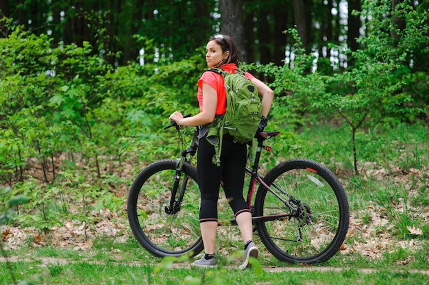 森の中で自転車に乗る女の子