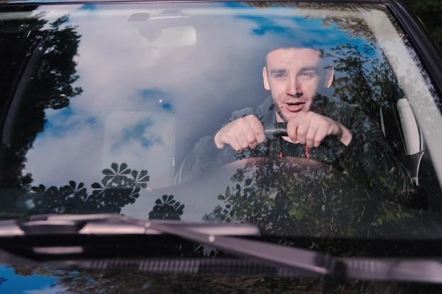 事故の前に、若い男が車のホイールで叫んで怖がっていました。