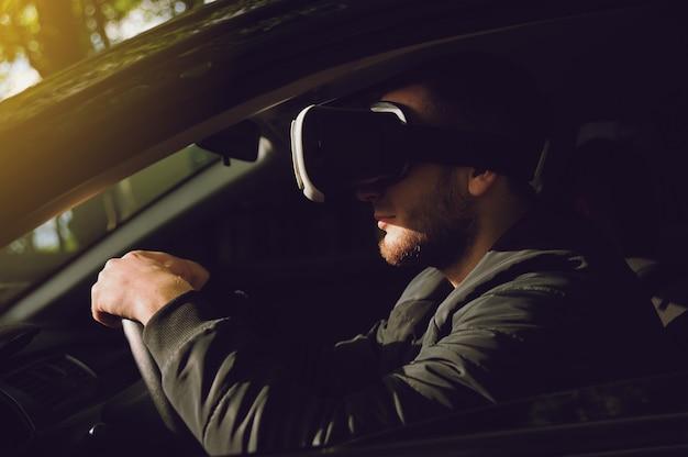 仮想現実の眼鏡で運転することを学ぶ人