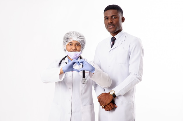 Два доктора на белом. индийская женщина с стетоскоп. африканец