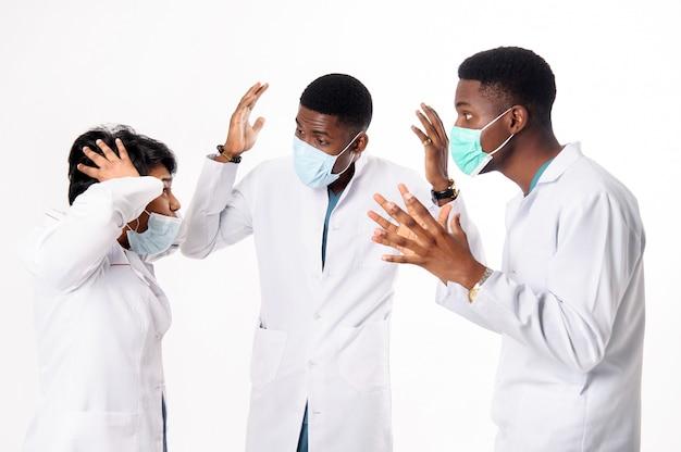 Консультация врачей, которые обсуждают диагноз. врачи на белом