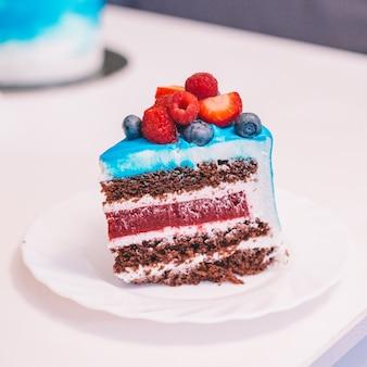 誕生日、休日、記念日の青いケーキ