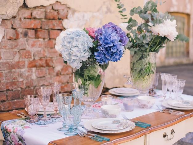食事や休日のための装飾とテーブルの設定。食器