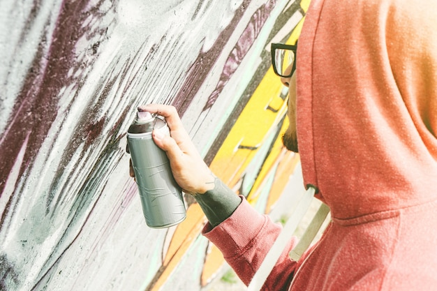 ストリートアーティストのグラフィティを色で塗る