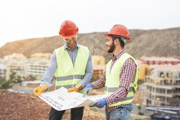 新しい建物エリアについて議論する労働者エンジニア
