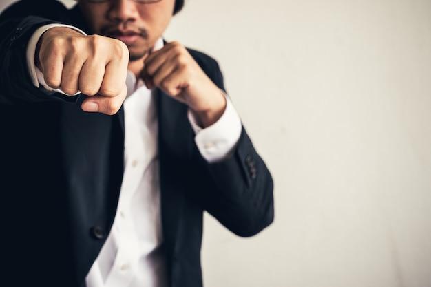 Успешная концепция. бизнесмен, выражая, чтобы отпраздновать его успех.