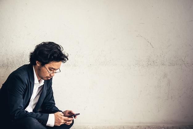 Портрет азиатского бизнесмена подчеркнул с работы