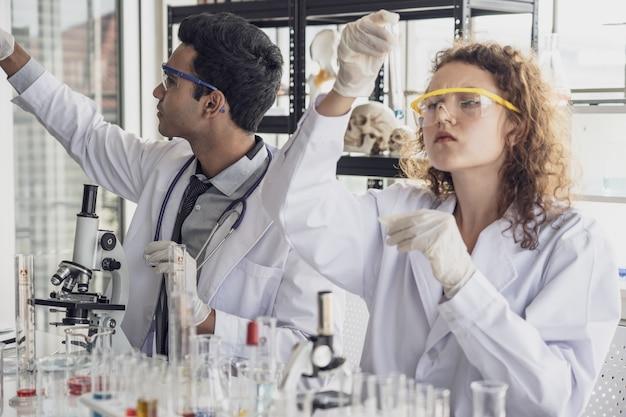 医学研究科学者チームが実験室で実験を行う。