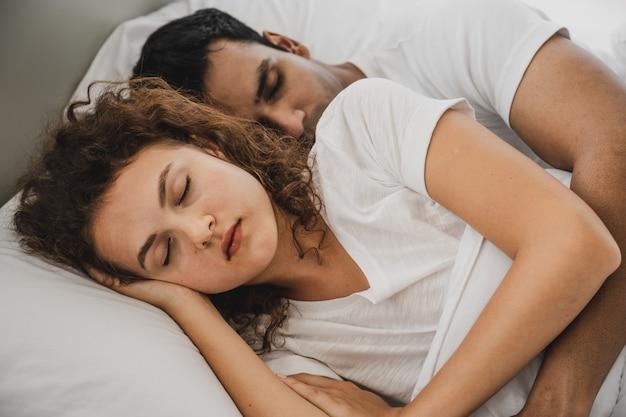 男と女がベッドに横になっています。
