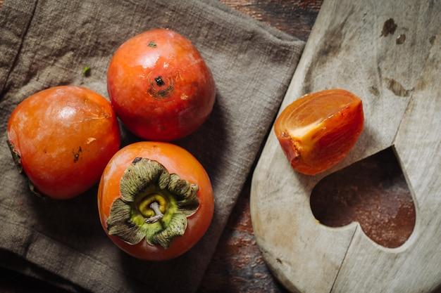 Свежие сырые фрукты каки
