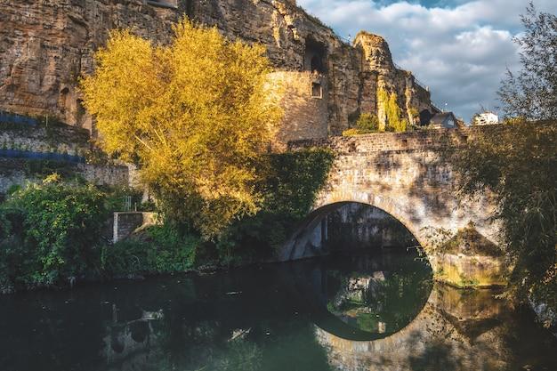 Альзетт, река, пересекающая люксембург, старый город