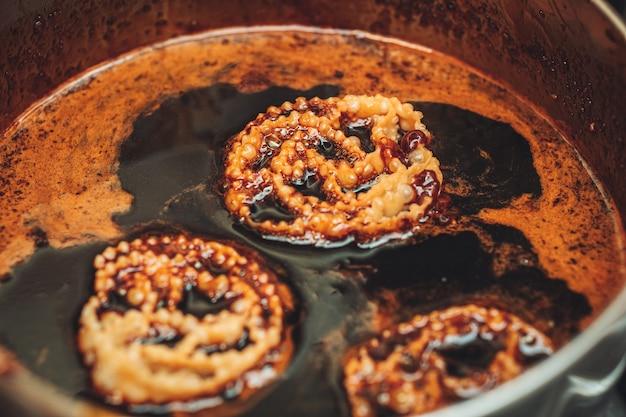 カルチェラーテ、プーリアのおいしい伝統的なペストリー、イチジクのシロップでいっぱい