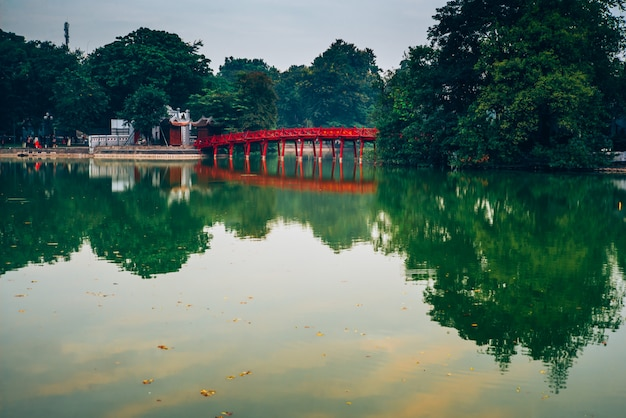 Озеро хоан кием