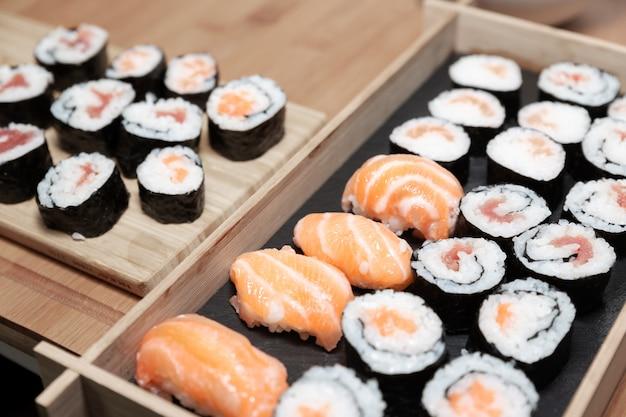 米と様々な生の魚をベースにした典型的な日本食。
