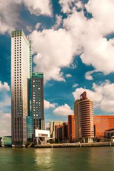 水の近くの典型的な超高層ビルのある都市