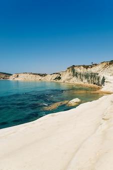 素晴らしい海の急な魅力的な石灰岩の岩