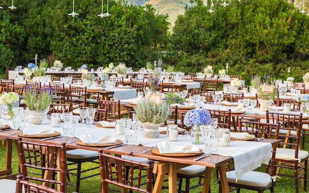 結婚式のガラディナーのためにテーブルを置いた