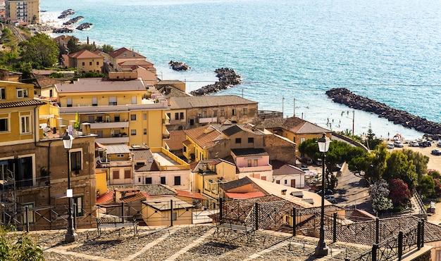 Пиццо калабро, морской порт и коммуна в провинции вибо-валентия (калабрия, южная италия), расположен на крутом утесе с видом на залив санта-эуфемия.