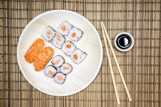 寿司、米をベースにしたマグロ、サーモン、エビ、鯛などの生の魚を使った日本の代表的な食べ物。