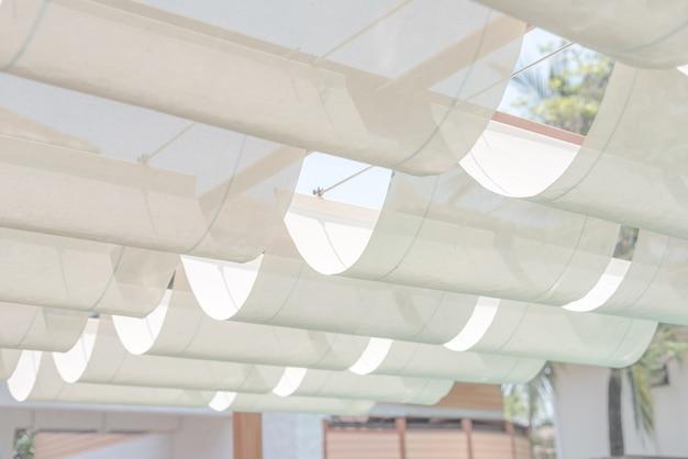 キャンバス屋根と鋼構造、白い布の張力屋根