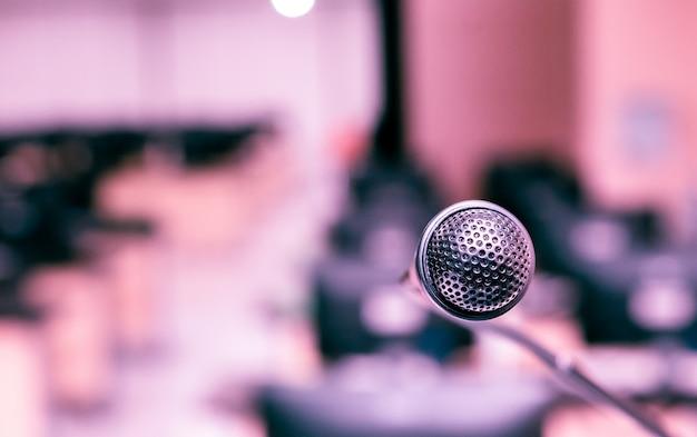 リスナーへの話者発表用のコンピューター室のマイク