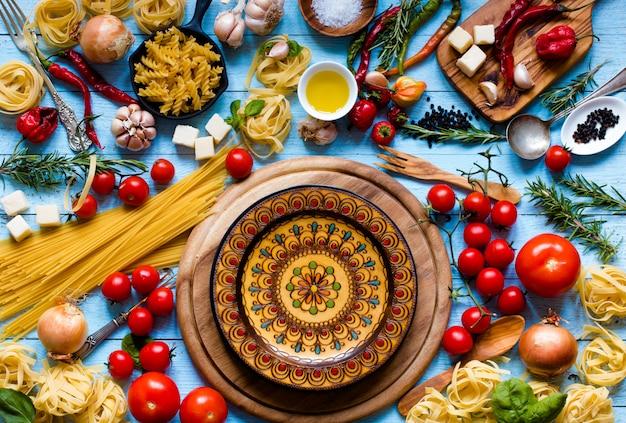 Вид сверху на весь необходимый пищевой компонент для приготовления классической итальянской пасты