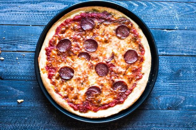 おいしい手作りトマトとペパロニのピザ