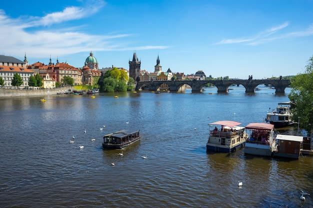 チェコ共和国プラハのカレル橋の景色を望むプラハ市