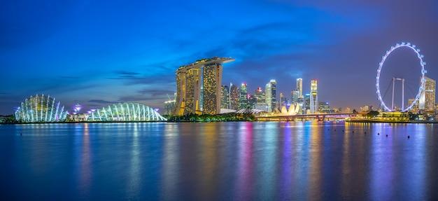 Горизонт сингапура с ориентир зданий ночью