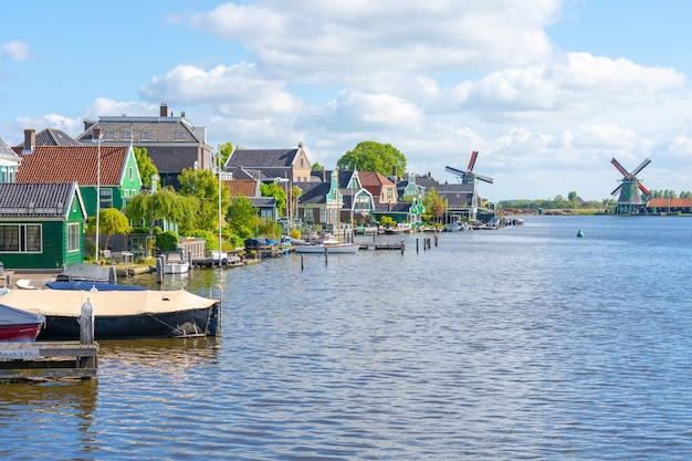 Вид на заандейк гортшук около зандама в нидерландах
