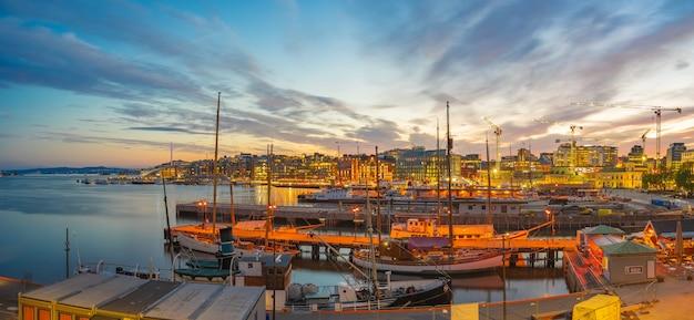夜、ノルウェーのオスロ市の港の景色を望むオスロの街並み