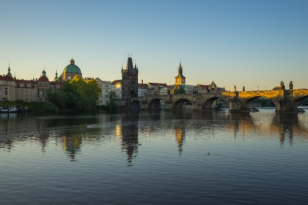 チェコ共和国のカレル橋とプラハの街のスカイライン