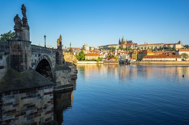 プラハ、チェコ共和国のプラハ市内のスカイラインとカレル橋