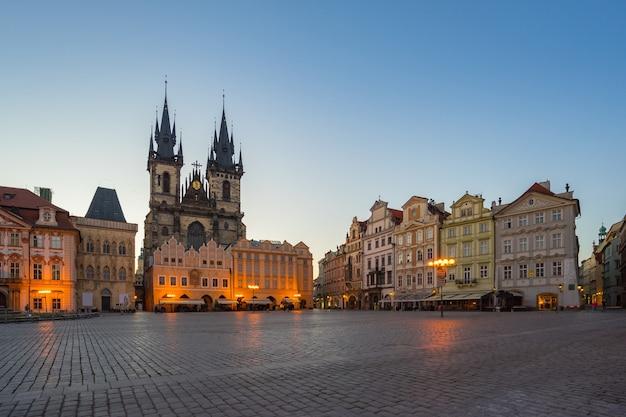 チェコ共和国のティーン教会の景色を望むプラハ旧市街広場