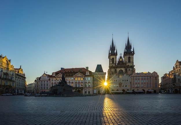 チェコ共和国のティーン教会の景色を望むプラハ旧市街広場の日の出