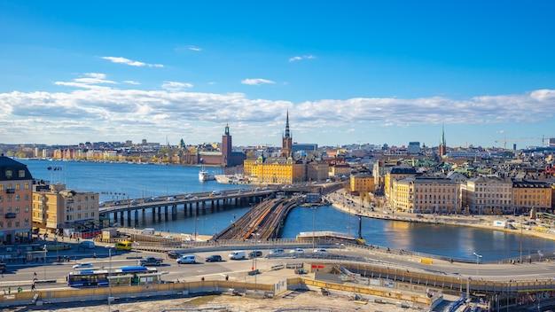 スウェーデン、ストックホルムのガムラスタンの景色を望むストックホルムの街並みのスカイライン