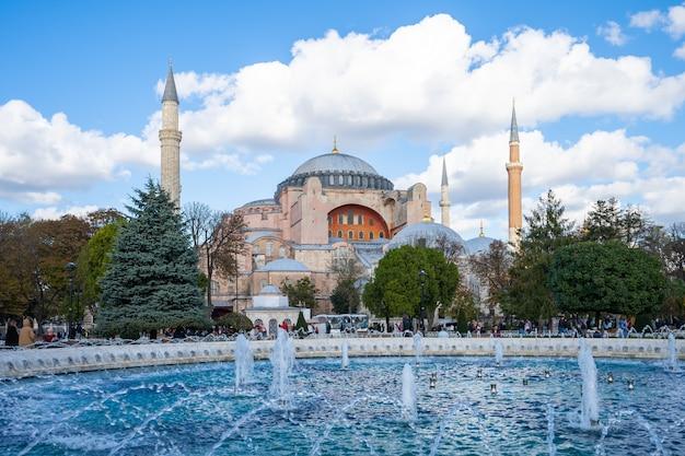 トルコ、イスタンブール市のアヤソフィアとイスタンブールのスカイライン