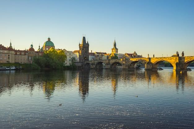 チェコ共和国のプラハ市街のスカイラインとカレル橋
