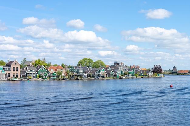 オランダ、北ホラント州ザーンスタッドのザーンダイクの町
