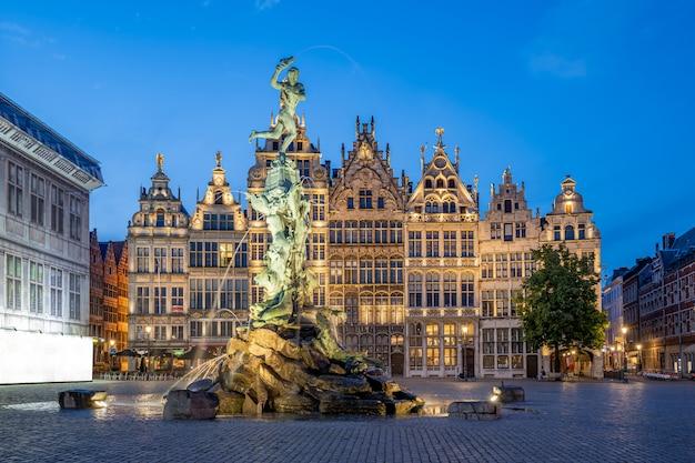 ベルギーのアントワープのマルクト広場のギルドホール