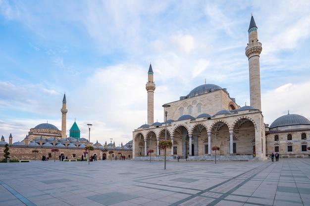 Вид на мечеть селимие и музей мевлана в конье, турция