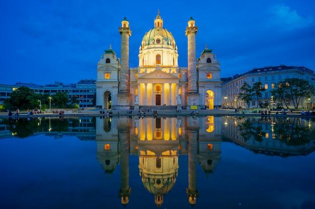 オーストリア、ウィーン市内の夜にカールス教会のビュー