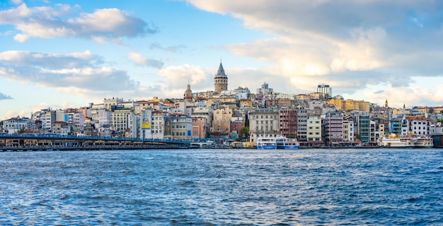 Галатская башня с городом стамбул в стамбуле, турция