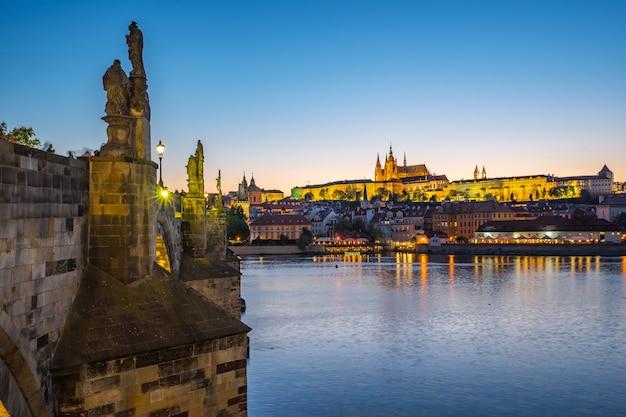 夜にチェコ共和国のプラハの街のスカイライン