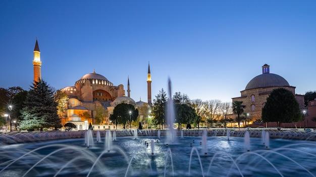 イスタンブール市内、トルコの夜にアヤソフィアのパノラマビュー